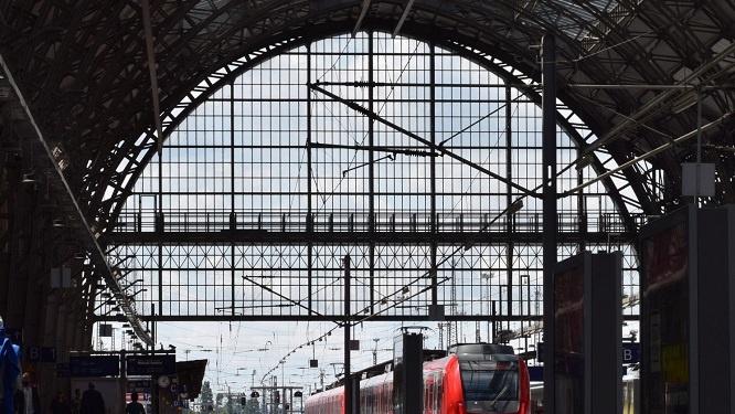 Zugfahrt aus dem Bahnhof, Visualisierung, Bahntechnik, Bahnbetrieb