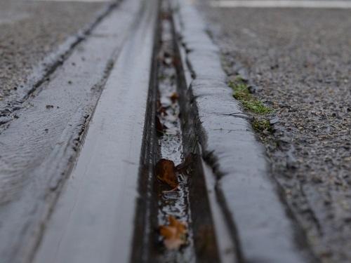 Rillenschiene bei Regen, Bahntechnik, Bahnbetrieb,